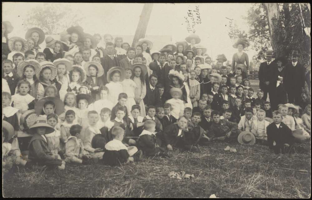 School children, Empire Day, Murrumbateman, c. 1910 (image)